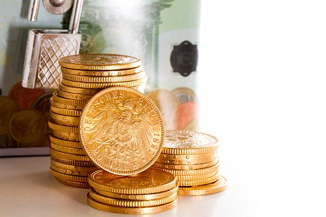 Стоси монет кладуть на стіл.